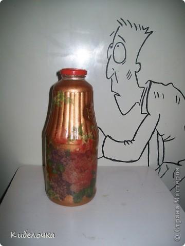Моя первая проба салфеточки и ПВА. Бутылку не грунтовала краской сначала, цветы получились полупрозрачные, но мне понравилось. Бутылка под коричневый сахар. фото 1