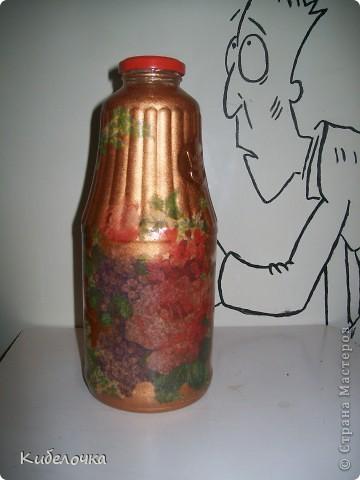 Моя первая проба салфеточки и ПВА. Бутылку не грунтовала краской сначала, цветы получились полупрозрачные, но мне понравилось. Бутылка под коричневый сахар. фото 2