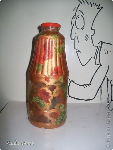 Моя первая проба салфеточки и ПВА. Бутылку не грунтовала краской сначала, цветы получились полупрозрачные, но мне понравилось. Бутылка под коричневый сахар. фото 3