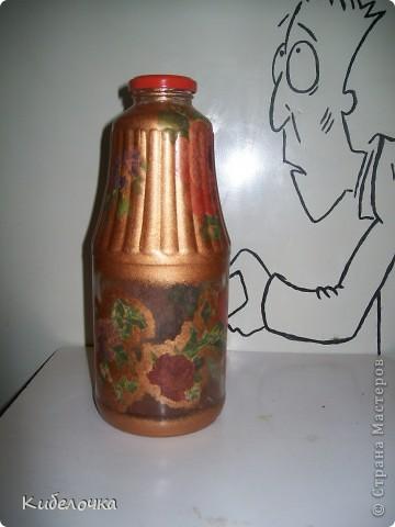Моя первая проба салфеточки и ПВА. Бутылку не грунтовала краской сначала, цветы получились полупрозрачные, но мне понравилось. Бутылка под коричневый сахар. фото 4