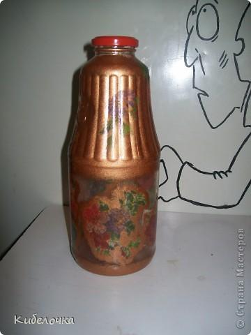 Моя первая проба салфеточки и ПВА. Бутылку не грунтовала краской сначала, цветы получились полупрозрачные, но мне понравилось. Бутылка под коричневый сахар. фото 5