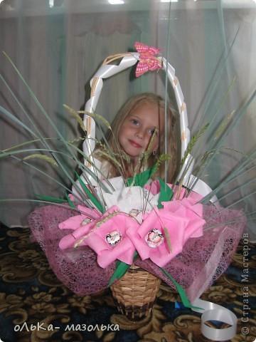 Использовала:  корзиночку+обертка+гофрированная бумага (для цветочка) +осока и травка- для украшения фото 1