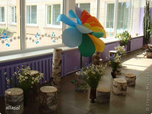 В субботу в школе был выпускной для 9 классов. Вот такой волшебный цветок мы сделали в подарок школе.  Сейчас он стоит в вестибюле.  фото 7