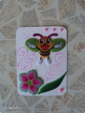 Отмахиваясь от туч комаров, выметая паутину изо всех углов, уничтожая тлю и садовых муравьев - я подумала, что от насекомых пользы все же больше, чем неприятностей! Собирает пчелка На цветах нектар, Будет много толку, Людям щедрый дар. Сладкий и душистый, Ароматный мед, Скоро его пчелка Всем нам принесёт. Свежий запах лета Будет в меде том. Солнышком согрето, Счастье входит в дом. А пока у пчелки Ножки все в пыльце, Кто её увидел- Радость на лице. * * *  Я летать умею ловко, Божья пестрая коровка. Крылья красненькие в точках, Словно в черненьких кружочках. В яркой праздничной рубашке Я спасаю урожай. Я – полезная букашка, Ты меня не обижай! Да и приболела я что-то и захотелось мне что-то ТАКОГО летнего-летнего и веселенького-веселенького!!! Вот и сделала многосерийную коллекцию АТС!!! фото 6