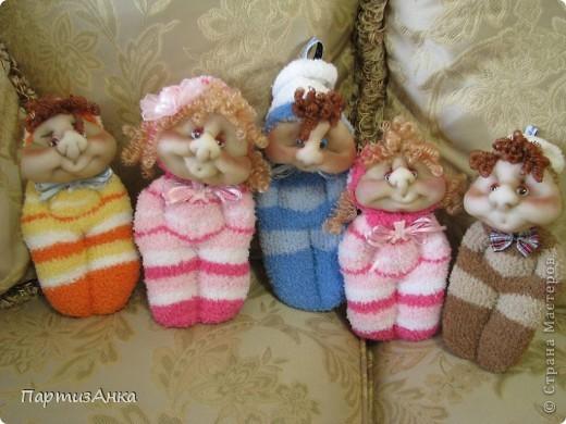 """Представляю новую версию привычных нам носочных кукол. Я соединила обычные махровые носки и скульптурный текстиль. Результат нравится мне больше, чем просто носочные куколки. Одно """"но"""" - теперь они маленьким детям не подходят. фото 7"""