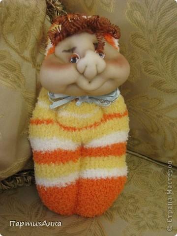 """Представляю новую версию привычных нам носочных кукол. Я соединила обычные махровые носки и скульптурный текстиль. Результат нравится мне больше, чем просто носочные куколки. Одно """"но"""" - теперь они маленьким детям не подходят. фото 4"""