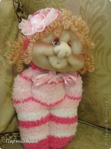 """Представляю новую версию привычных нам носочных кукол. Я соединила обычные махровые носки и скульптурный текстиль. Результат нравится мне больше, чем просто носочные куколки. Одно """"но"""" - теперь они маленьким детям не подходят. фото 1"""