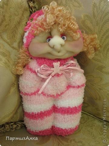 """Представляю новую версию привычных нам носочных кукол. Я соединила обычные махровые носки и скульптурный текстиль. Результат нравится мне больше, чем просто носочные куколки. Одно """"но"""" - теперь они маленьким детям не подходят. фото 3"""