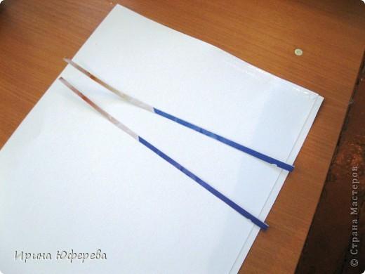 Материалы: крышки от конфет или одинаковые открытки по 2 каждой, клей, картон или бумага. Инструменты: карандаш и линейка для разметки, ножницы, кисть, канц. скрепки. Приспособления: тряпочка, клеянка. фото 2