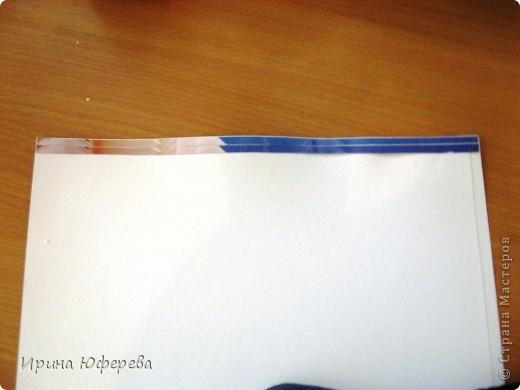 Материалы: крышки от конфет или одинаковые открытки по 2 каждой, клей, картон или бумага. Инструменты: карандаш и линейка для разметки, ножницы, кисть, канц. скрепки. Приспособления: тряпочка, клеянка. фото 3