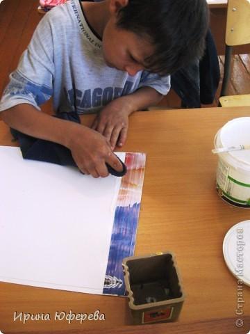Материалы: крышки от конфет или одинаковые открытки по 2 каждой, клей, картон или бумага. Инструменты: карандаш и линейка для разметки, ножницы, кисть, канц. скрепки. Приспособления: тряпочка, клеянка. фото 4