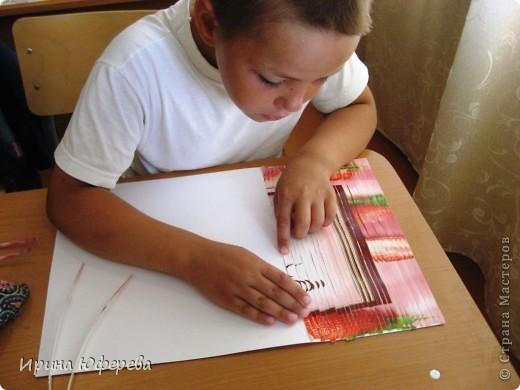 Материалы: крышки от конфет или одинаковые открытки по 2 каждой, клей, картон или бумага. Инструменты: карандаш и линейка для разметки, ножницы, кисть, канц. скрепки. Приспособления: тряпочка, клеянка. фото 12