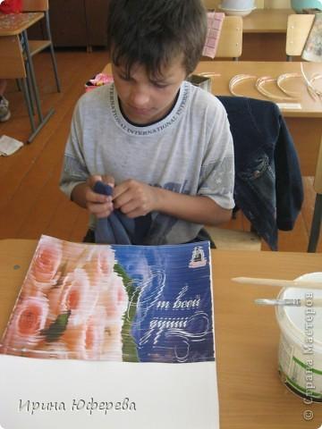 Материалы: крышки от конфет или одинаковые открытки по 2 каждой, клей, картон или бумага. Инструменты: карандаш и линейка для разметки, ножницы, кисть, канц. скрепки. Приспособления: тряпочка, клеянка. фото 8