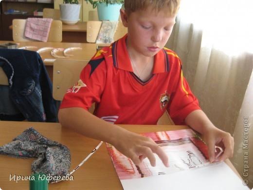 Материалы: крышки от конфет или одинаковые открытки по 2 каждой, клей, картон или бумага. Инструменты: карандаш и линейка для разметки, ножницы, кисть, канц. скрепки. Приспособления: тряпочка, клеянка. фото 13