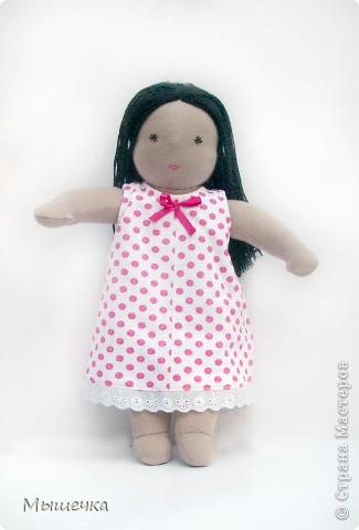 Ещё одни девочки появились у мамы. Это Ягодка. Ягодка очень замечательная девочка. к такой же замечательной малышке она и уехала. Это первая Кукла, у которой волосы длиннее её роста. Ведь девочке, у которой теперь живёт Ягодка, очень нравится делать причёски.  фото 1