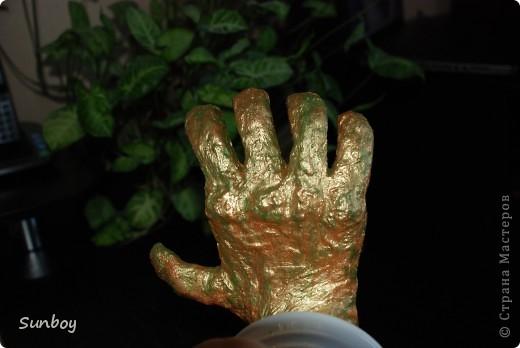 """Всем Добрый вечер! Вот решил себя попробовать в роли """"скульптора"""".... Руку делал из проволочного каркаса...и дальше слоями гипса... Мох декоративный... А в ладони хотел сделать немного воды...использовал Свегель с красителем... в общем из-за того что ладонь уже была покрашена цвета смешались...и результат не тот получился....да еще и на фотоаппарате редко получаюся естественные цвета... фото 3"""