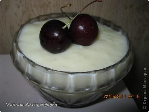 Молочный десерт: 1 литр молока вскипятить, помешивая ввести 2 ст.л.-крахмала(предварительно его в воде растворить), 2ст.л.-муки, 1ст-сахара, варить помешивая все время 5 минут! На дно вазочки или чашки уложить фрукты или изюм...залить массой молочной и дать остыть в комнате, затем поставить в холодильник на пару часов! Очень вкусно, и сытно! Рецепт из моего детства... фото 1