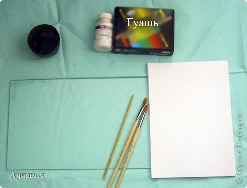 Существует несколько направлений в стилистике монотипии. Все эти направления различаются способом получения отпечатка. Я остановлюсь на самом простом. Нам потребуется: бумага, краска (в моем случае гуашь), кисти, вода и стекло, пластик или другая моющаяся, не впитывающая воду поверхность, которую можно использовать несколько раз. (Дети, нужно помнить что некоторые краски упорно не любят отмываться, поэтому никогда не используйте поверхность стола или пол).  Обязательно приготовьте просторное рабочее место: застелите достаточно большое пространство пленкой, так как неизбежны брызги, кляксы и тому подобные побочные проявления творчества :) , кроме того необходимо место для сушки готовых отпечатков. фото 1