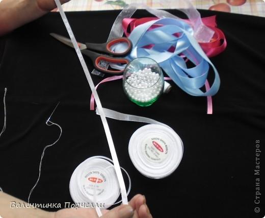 Нам понадобятся-ножницы,ленты различные,нитки,иголка,иголка-булавка,бусины. фото 2