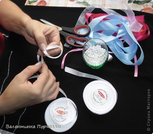 Нам понадобятся-ножницы,ленты различные,нитки,иголка,иголка-булавка,бусины. фото 3