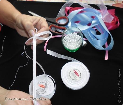 Нам понадобятся-ножницы,ленты различные,нитки,иголка,иголка-булавка,бусины. фото 5