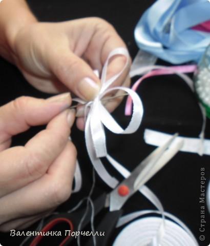Нам понадобятся-ножницы,ленты различные,нитки,иголка,иголка-булавка,бусины. фото 9
