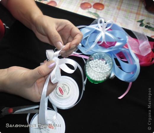 Нам понадобятся-ножницы,ленты различные,нитки,иголка,иголка-булавка,бусины. фото 13