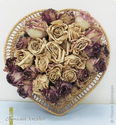 Засушенные бутоны роз в корзине в форме сердца, настенное украшение.
