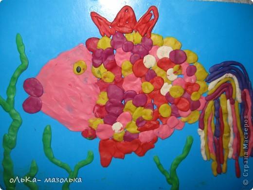 Я  нарисовала на картоне цветном контур рыбки, а дочка вылепливала красоту. И вот что получилось.....