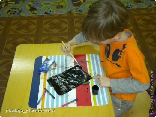 старательно покрываем фон))) очень уж дети удивились необходимости все закрасить черным) фото 1