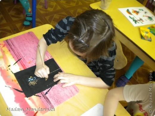 старательно покрываем фон))) очень уж дети удивились необходимости все закрасить черным) фото 3