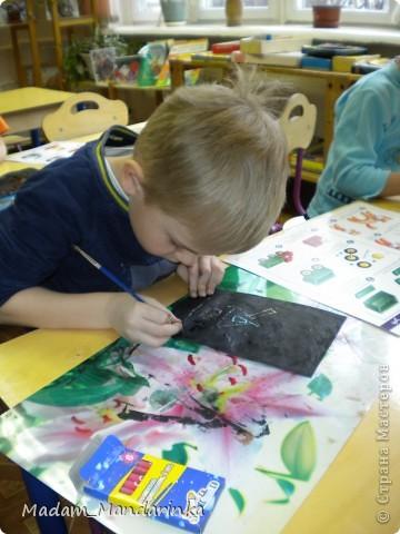 старательно покрываем фон))) очень уж дети удивились необходимости все закрасить черным) фото 4