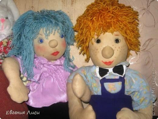 Этим куклам уже 20 лет! Шила на выставку в детский сад детям. Имена дали дети в группе. Куклы довольно большие - видите на ногах настоящие ботиночки 11 размера и носочки детские как у моего сына всегда непарные! фото 2