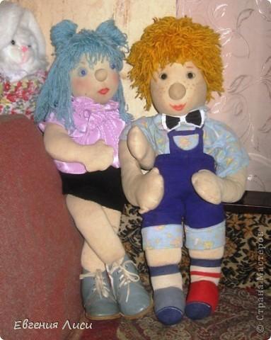 Этим куклам уже 20 лет! Шила на выставку в детский сад детям. Имена дали дети в группе. Куклы довольно большие - видите на ногах настоящие ботиночки 11 размера и носочки детские как у моего сына всегда непарные! фото 1