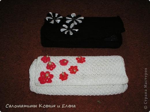 Клатчи. В белом клатче, основа бамбуковая салфетка, ее я обшила подкладочной тканью, застежка- магнит от старой сумки. Красные цветоки из остатков х/б пряжи. Связан спицами. фото 1