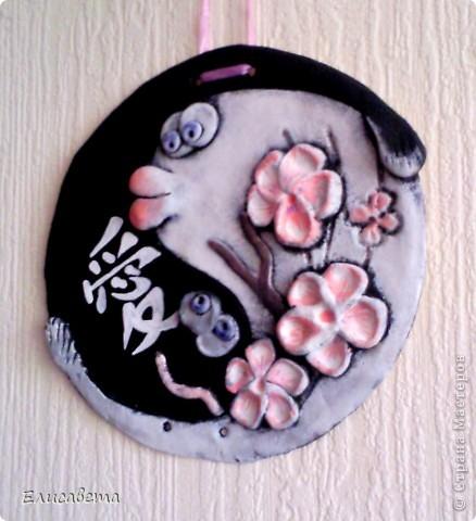 В Древнем Китае рыба считалась символом счастья и изобилия. Ян и инь служили для выражения светлого и тёмного, твёрдого и мягкого, мужского и женского начал в природе. Цветущая сакура - символ праздника весны, пробуждения природы, начала жизни. Иероглиф означает любовь и семейное благополучие.  фото 1