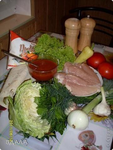 Шаурма - это восточное блюдо из лепешки, начиненной бараниной, говядиной или мясом птицы с добавлением специй, соусов и салата из свежих овощей. Вместо арабской лепешки, питы, европейцы научились заворачивать начинку и в армянский хлеб - лаваш. фото 2