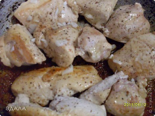 Шаурма - это восточное блюдо из лепешки, начиненной бараниной, говядиной или мясом птицы с добавлением специй, соусов и салата из свежих овощей. Вместо арабской лепешки, питы, европейцы научились заворачивать начинку и в армянский хлеб - лаваш. фото 3