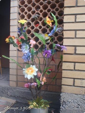 """Вот такое """" чудище"""" стоит на клумбе. Сделан из коряги и вкопан в землю. Всем дарит цветочек - он у него в """"руке"""". Борода- из мочалки, нос - из мешковины, глаза мне прислала Надюша ( мама девочки).  фото 5"""