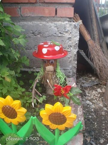 """Вот такое """" чудище"""" стоит на клумбе. Сделан из коряги и вкопан в землю. Всем дарит цветочек - он у него в """"руке"""". Борода- из мочалки, нос - из мешковины, глаза мне прислала Надюша ( мама девочки).  фото 1"""