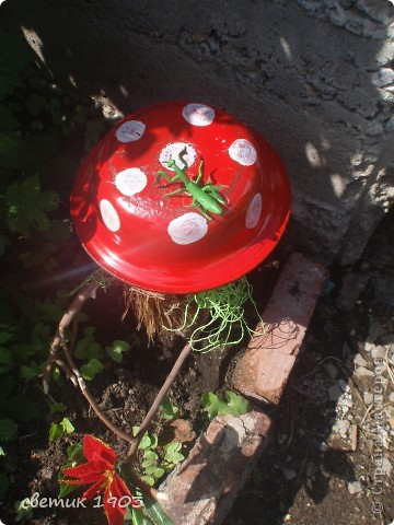 """Вот такое """" чудище"""" стоит на клумбе. Сделан из коряги и вкопан в землю. Всем дарит цветочек - он у него в """"руке"""". Борода- из мочалки, нос - из мешковины, глаза мне прислала Надюша ( мама девочки).  фото 3"""
