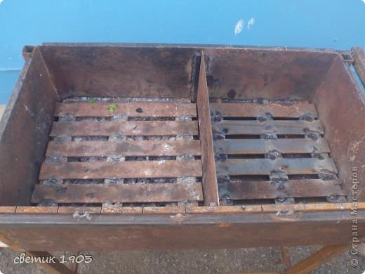 Вот такой мангал муж начал делать. Это еще не законченный вариант - над мангалом будет крыша, высота которой будет регулироваться, внизу полочка для угля или дров и полочка для бутылок. Все перегородки и решетки снимаются.  Сбоку ручка для готовых шашлыков, которая задвигается внутрь. У мангала есть две секции - можно на одной жарить шашлык, а на другой- жечь угли. Попозже выложу другие фото. Только крышу поставим и сфотографирую.   фото 3