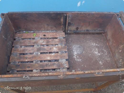 Вот такой мангал муж начал делать. Это еще не законченный вариант - над мангалом будет крыша, высота которой будет регулироваться, внизу полочка для угля или дров и полочка для бутылок. Все перегородки и решетки снимаются.  Сбоку ручка для готовых шашлыков, которая задвигается внутрь. У мангала есть две секции - можно на одной жарить шашлык, а на другой- жечь угли. Попозже выложу другие фото. Только крышу поставим и сфотографирую.   фото 4