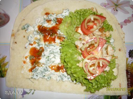 Шаурма - это восточное блюдо из лепешки, начиненной бараниной, говядиной или мясом птицы с добавлением специй, соусов и салата из свежих овощей. Вместо арабской лепешки, питы, европейцы научились заворачивать начинку и в армянский хлеб - лаваш. фото 6