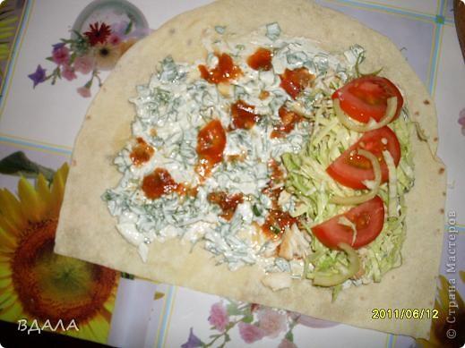 Шаурма - это восточное блюдо из лепешки, начиненной бараниной, говядиной или мясом птицы с добавлением специй, соусов и салата из свежих овощей. Вместо арабской лепешки, питы, европейцы научились заворачивать начинку и в армянский хлеб - лаваш. фото 5