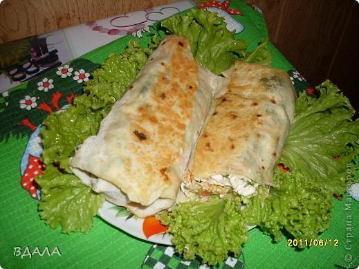 Шаурма - это восточное блюдо из лепешки, начиненной бараниной, говядиной или мясом птицы с добавлением специй, соусов и салата из свежих овощей. Вместо арабской лепешки, питы, европейцы научились заворачивать начинку и в армянский хлеб - лаваш. фото 1