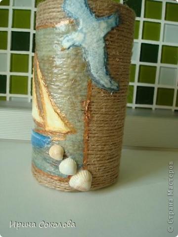Вот такую подставку для ручек, карандашей и фломастеров я сделала из пластиковой крышки из-под кофе (можно взять стеклянную банку или жестянную из-под горошка или кукурузы). фото 10