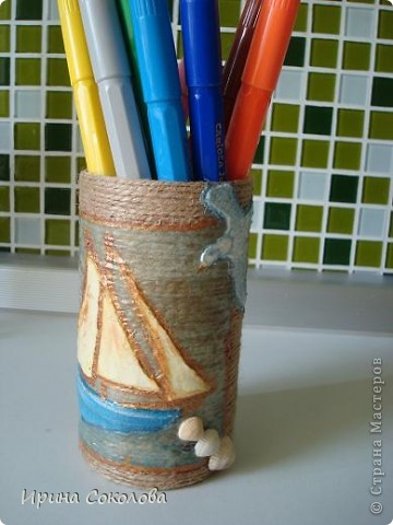 Вот такую подставку для ручек, карандашей и фломастеров я сделала из пластиковой крышки из-под кофе (можно взять стеклянную банку или жестянную из-под горошка или кукурузы). фото 11