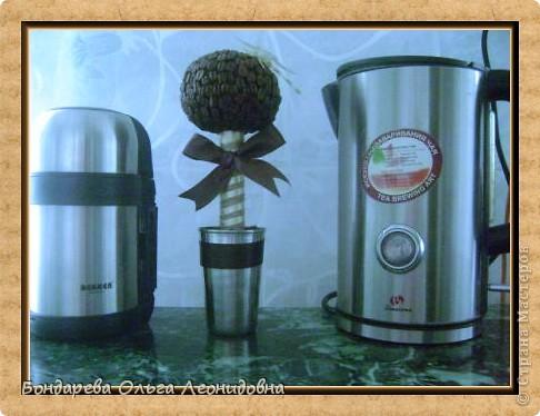 Рада видеть у себя в гостях любителей кофе.  Мы приветствуем Вас с негрятяночкой Идой . А Вы знаете легенду о появлении кофе?  За чашкой кофе предлагаю об этом поговорить.  В 850 году существовала легенда, согласно которой именно этот год значится основным историческим рубежом, с которого началось всемирное употребление кофе. Эта легенда гласит, что один из молодых пастухов в Эфиопии, пасший стадо коз, заметил, что после того, как козы съедают некоторое количество ягод определенного растения, они оживляются, становятся более подвижными и радостными. Он решил сам провести эксперимент, и, увидев, с какого именно куста козы срывают ягоды, попробовал их сам. После того, как он употребил в пищу эти ягоды, он почувствовал прилив сил и счастья.   фото 3