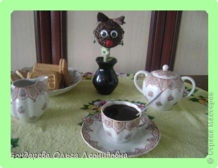 Рада видеть у себя в гостях любителей кофе.  Мы приветствуем Вас с негрятяночкой Идой . А Вы знаете легенду о появлении кофе?  За чашкой кофе предлагаю об этом поговорить.  В 850 году существовала легенда, согласно которой именно этот год значится основным историческим рубежом, с которого началось всемирное употребление кофе. Эта легенда гласит, что один из молодых пастухов в Эфиопии, пасший стадо коз, заметил, что после того, как козы съедают некоторое количество ягод определенного растения, они оживляются, становятся более подвижными и радостными. Он решил сам провести эксперимент, и, увидев, с какого именно куста козы срывают ягоды, попробовал их сам. После того, как он употребил в пищу эти ягоды, он почувствовал прилив сил и счастья.   фото 1